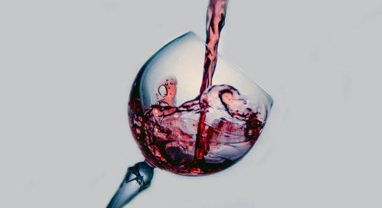 Verre de vin pour illustrer le lien entre larmes de vin et soudure laser (mécanique des fluides)